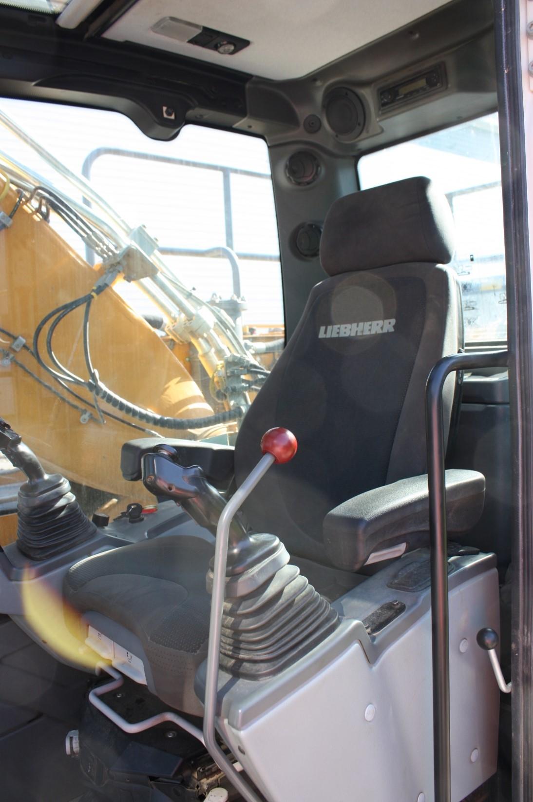 R946 41268 (10) cab.jpg