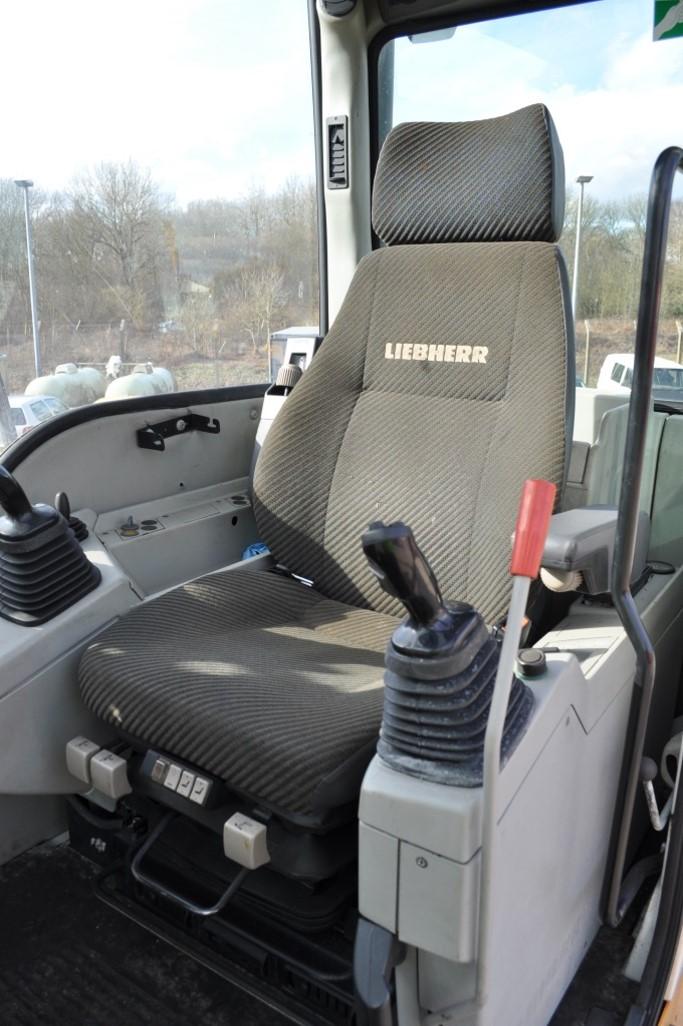 A904CHD 42296 (11) cab.jpg