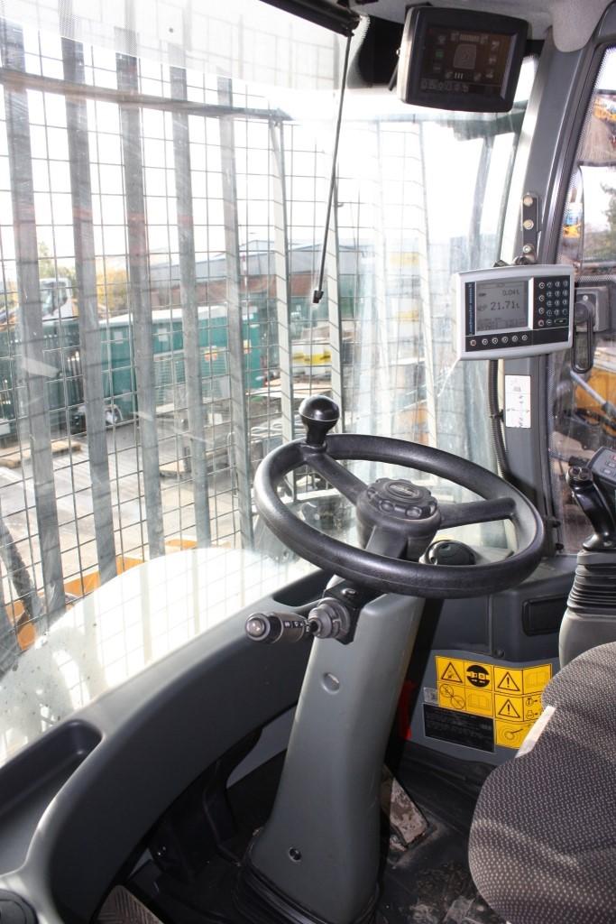 L556 36040 (12) cab.jpg