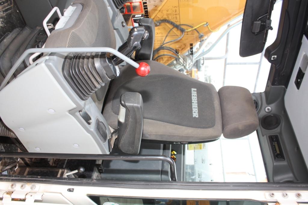 R936 40635 (10) cab.JPG